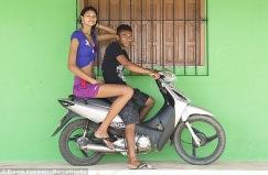 عکسهای بلندترین دختر نوجوان جهان و دوست پسر کوچکش (6)