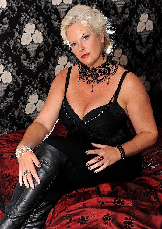عکس بکی آدامز در اتاق سکس مخصوص مدیر فاحشه خانه