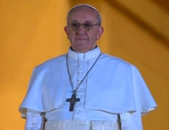 دیوانه ای که لباس پاپ بر تن داشت ادعا میکرد پاپ فرانسیس اول است