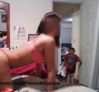 مادر روبروی وب كم و با حضور فرزند رقص سکسی میکند
