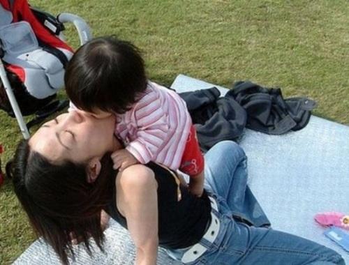 داره لب مامانش رو می بوسه. الان که نمیفهمه ! والا...