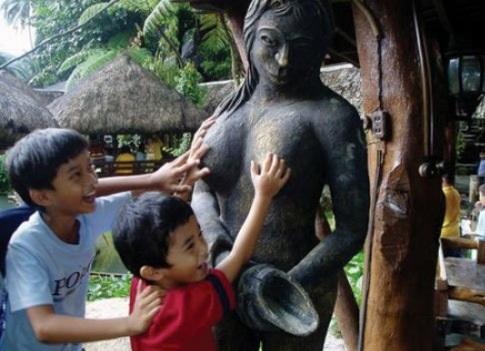 این دو برادر سریلانکایی با دیدن مجسمه برهنه - با پستان های زن آشنا شدن و لمس میکنن! چه شاد و پر از انرژی!