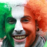 برای گرامی داشتن روز سن پاتریک بیشتر از 100 مراسم جشن در سراسر ایرلند برگزار میشود، یکی از شرکتکنندگان صورتش را با رنگهای پرچم ایرلند نقاشی کرده