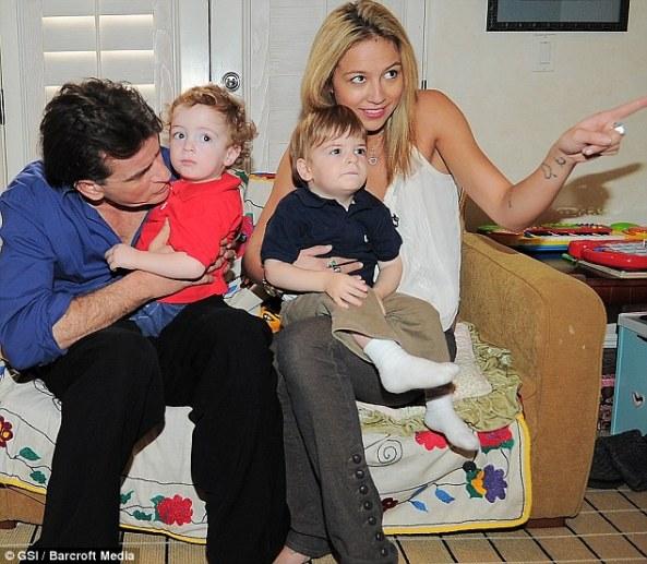 چارلی شین و خانواده در آغوش دختران پورن استار