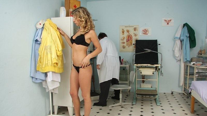 قبل از آمپول زدن باید دختر لخت بشه تا یه وقت لباسش کثیف نشه