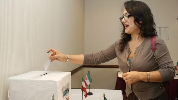 زن بیحجاب ایرانی در ایالت اوکلاهاما به جمهوری اسلامی رای می دهد