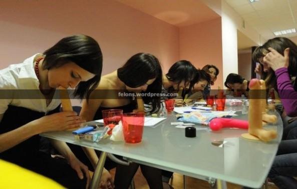 آموزش ساک زدن با کمک کیر مصنوعی برای دختران