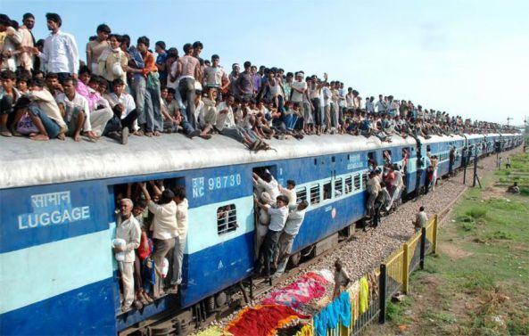 مسافران هندی سوار قطار در هند