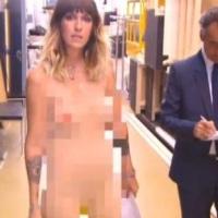 مجری زن تلویزیون شرط بندی را باخت و برهنه شد!!