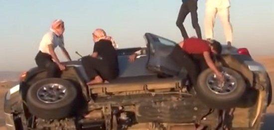 پنج جوان عرب دو تایر ماشین در حال حرکت را تعویض کردند