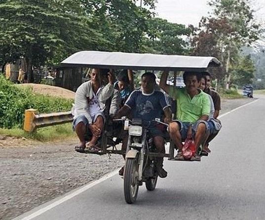 مسافر کشی یک هندی با موتورش که ظرفیت سوار شدن 6 مسافر را دارد.