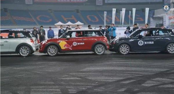 رکورد پارک اتوموبیل در کوچکترین فضا شکسته شد / پارک یک ضرب در 8 سانتی متری دو اتوموبیل